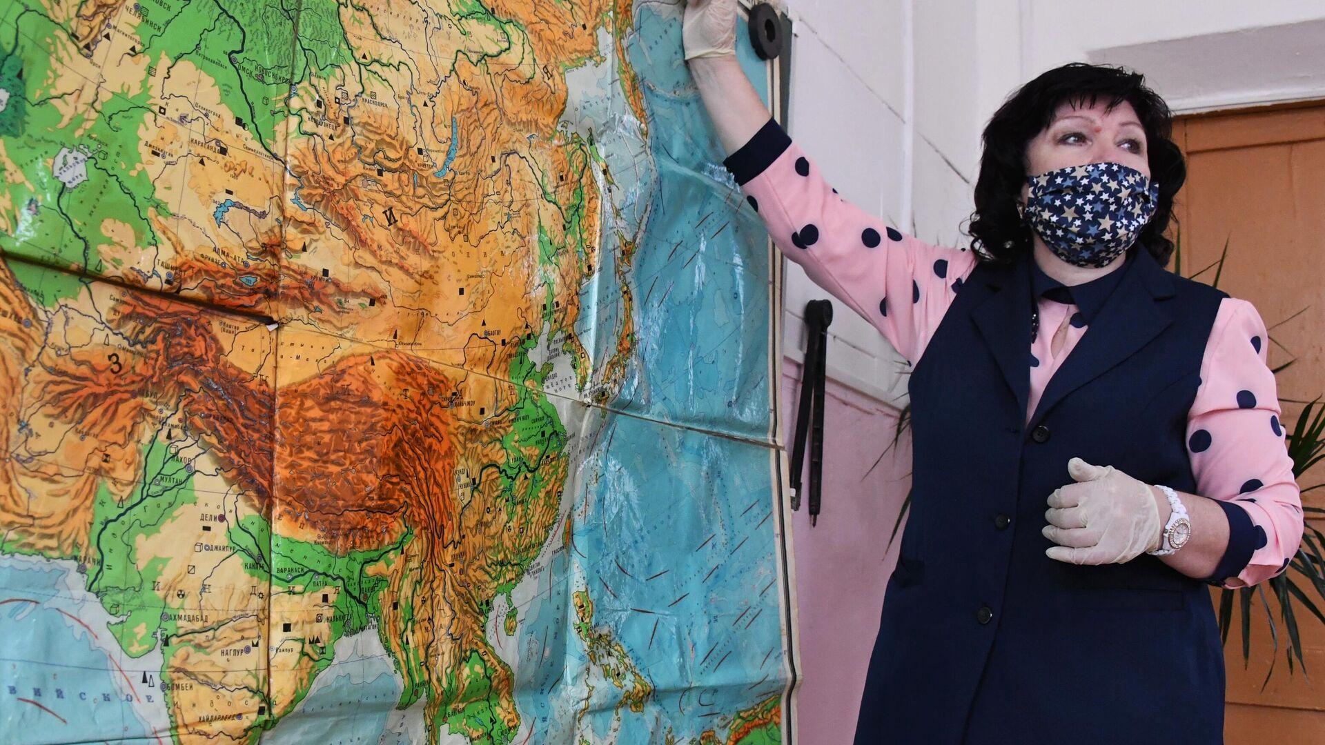 Учитель в защитной маске ведет урок в общеобразовательной школе №8 в селе Нежино Приморского края - РИА Новости, 1920, 04.10.2020