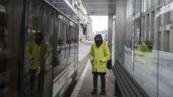 Курьер садится в трамвай на Лесной улице в Москве