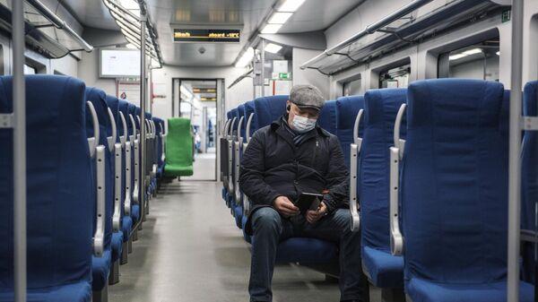 Мужчина в вагоне поезда Малого кольца Московской железной дороги