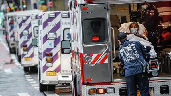 Пациент в машине скорой помощи в Нью-Йорке
