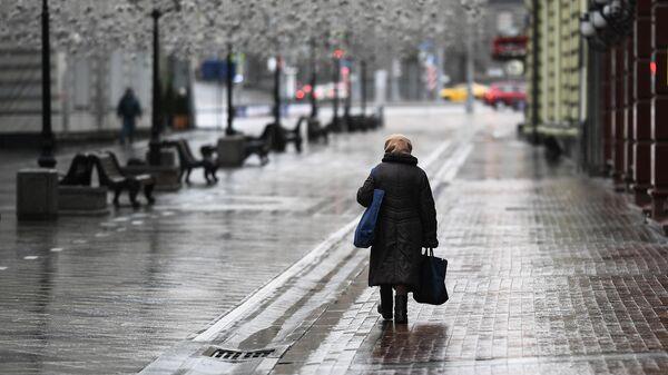Женщина на Никольской улице в Москве