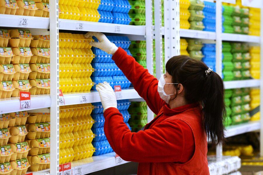 Сотрудник магазина в гипермаркете Ашан в Новосибирске