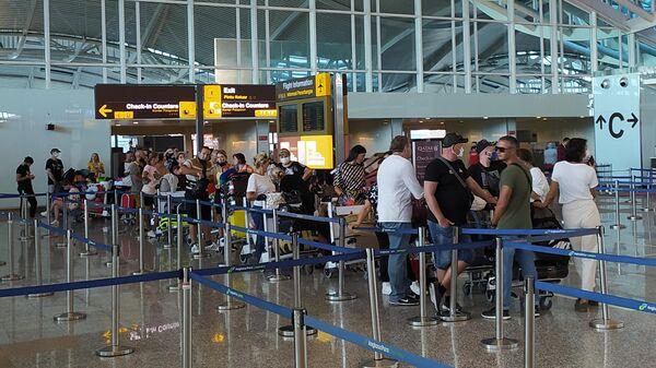Российские граждане в аэропорту Денпасара ожидают посадки на рейс в Москву