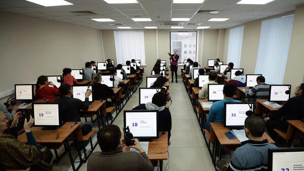 Иностранные граждане проходят электронное тестирование на знание русского языка в рамках комплекса услуг для оформления трудового патента