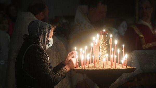 Верующие во время праздничного пасхального богослужения в церкви Николая Чудотворца в селе Филипповское Владимирской области