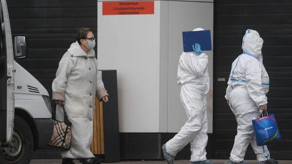 Медицинские работники и пациентка на территории Московского карантинного центра по коронавирусу в Коммунарке
