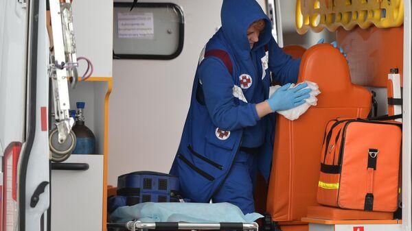 Медицинский работник в автомобиле скорой помощи на территории Московского карантинного центра по коронавирусу в Коммунарке