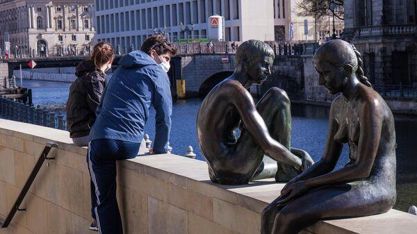 Люди на набережной в Берлине