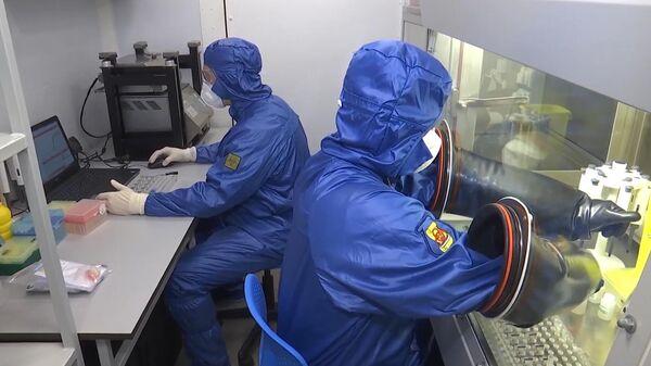 Специалисты Министерства обороны РФ в полевой биолаборатории, развернутой на авиабазе Орио-аль-Серио в Италии