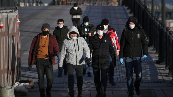 Пешеходы на Патриаршем мосту в Москве