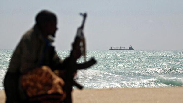 Вооруженный пират  африканского региона на берегу