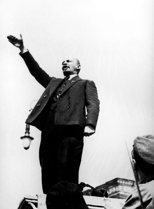 Владимир Ильич Ленин произносит речь на Красной площади на открытии временного памятника Степану Разину