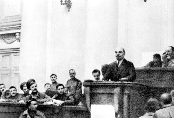 Владимир Ильич Ленин выступает в зале заседаний Таврического дворца на совещании большевиков с докладом о войне и революции. 1917 год