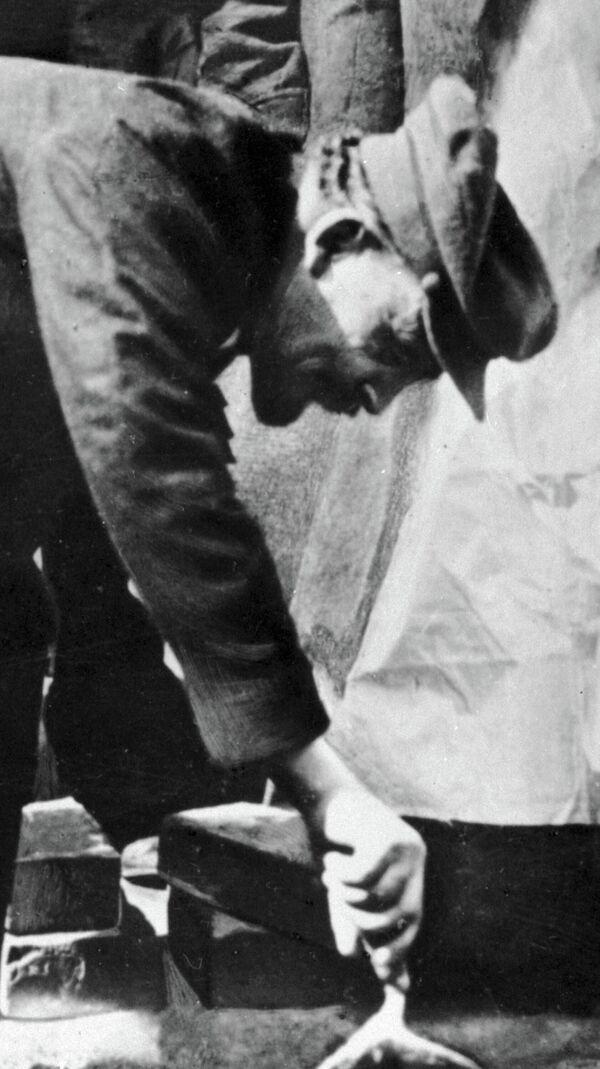 Владимир Ильич Ленин закладывает первый камень в основание памятника Карлу Марксу на площади Свердлова. 1920 год