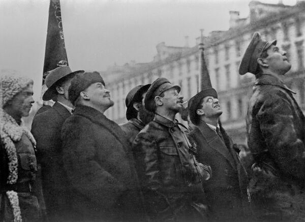 Владимир Ильич Ленин и Яков Михайлович Свердлов на ткрытии временного памятника К.Марксу и Ф.Энгельсу в Москве. 7 ноября 1918 года