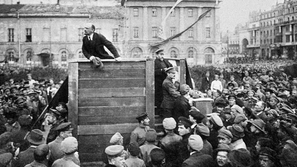 Владимир Ильич Ленин выступает с речью на площади Свердлова (Театральная площадь