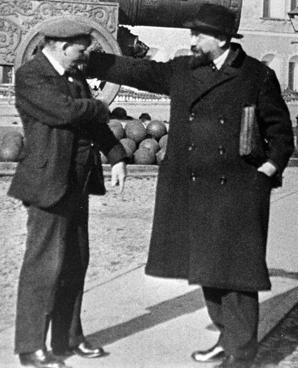 Владимир Ильич Ленин  и Владимир Дмитриевич Бонч-Бруевич на прогулке во дворе Кремля