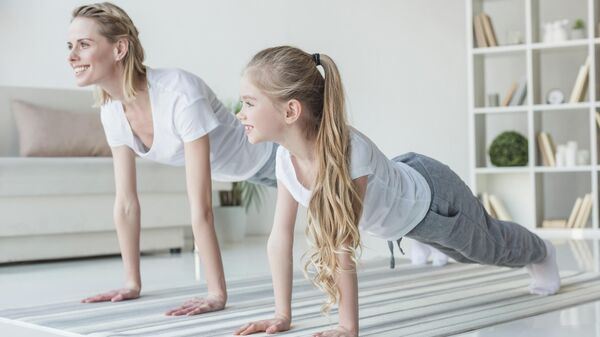 Мама с дочкой делают планку
