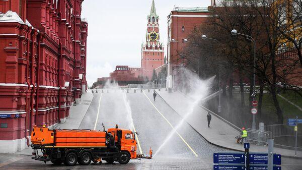 Автомобиль коммунальных служб дезинфицирует дороги и тротуары у Красной площади в Москве