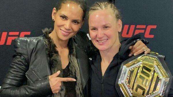 Актриса Холли Берри (слева) и боец UFC Валентина Шевченко