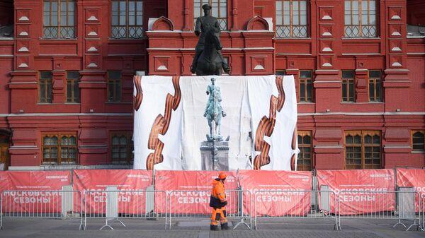 Памятник маршалу Георгию Жукову на Манежной площади в Москве
