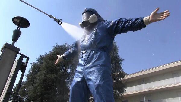 Сотрудник министерства обороны РФ во время санитарной обработки территории лечебного учреждения в провинции Брешиа в Ломбардии
