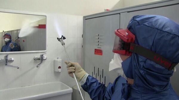 Сотрудник министерства обороны РФ проводит санитарную обработку помещений лечебного учреждения в провинции Брешиа в Ломбардии