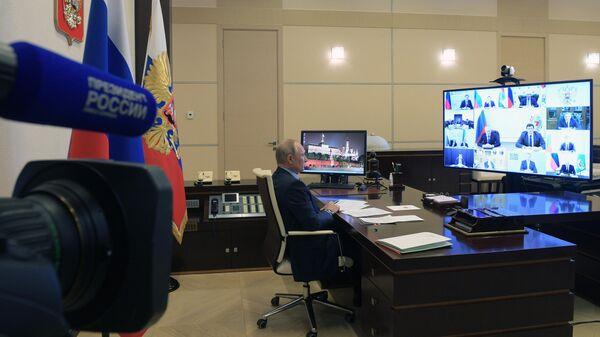 Владимир Путин проводит в режиме видеоконференции совещание по вопросам развития автомобильной промышленности