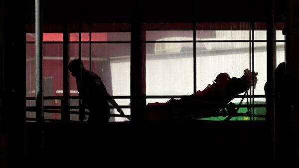 Фельдшер доставляет пациента в больницу в Нью-Йорке
