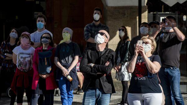 Люди наблюдают за астрономическими часами в Праге