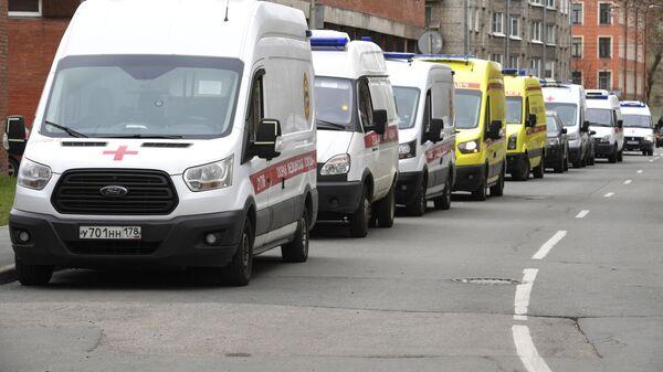 Очередь автомобилей скорой помощи у приемного покоя Покровской больницы в Санкт-Петербурге