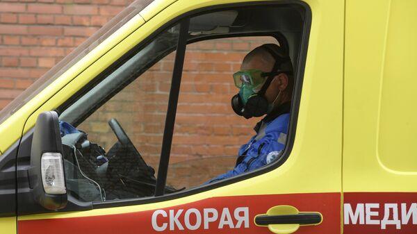 Водитель машины скорой помощи у приемного покоя Покровской больницы в Санкт-Петербурге