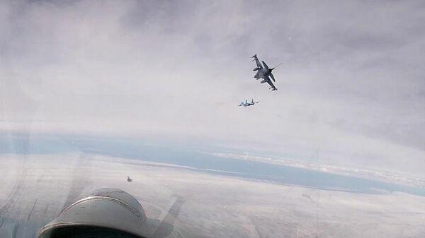 Российские истребители Су-27 сопровождают F-16 ВВС Бельгии в небе над Балтийским морем. Стоп-кадр видео