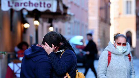 Целующаяся пара на улице в Риме во время во время эпидемии коронавируса