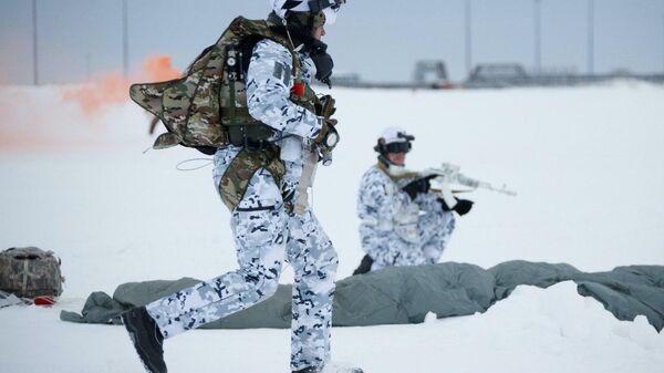 Российские десантники, впервые в истории совершившие прыжок на парашютах с высоты 10 км в условиях Арктики