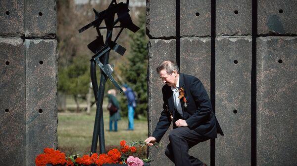 Церемония возложения цветов к памятнику Жертвам радиационных аварий и катастроф в парке Академика Сахарова в Санкт-Петербурге
