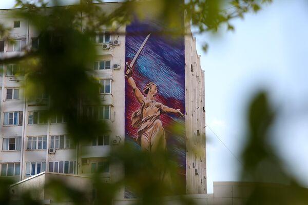 Граффити Родина Мать на фасаде жилого дома, посвященное 75-й годовщине победы в Великой Отечественной войне, в Новороссийске
