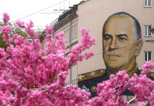 Граффити с изображением маршала Георгия Жукова на улице Старый Арбат в Москве
