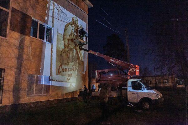 Граффити Возвращение отца к сыну на фасаде лицея в Ликино-Дулеве