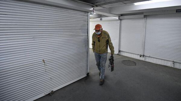 Мужчина в подземном переходе в Симферополе