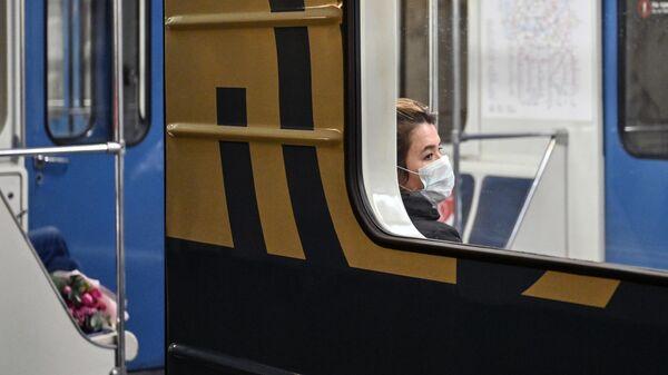 Пассажирка в поезде на станции метро Охотный ряд в Москве