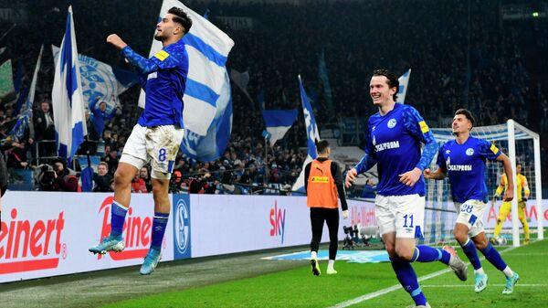 Полузащитник футбольного клуба Шальке 04 Суат Сердар празднует гол в ворота соперника