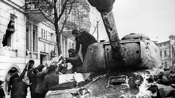 Освобождение Польши от немецко-фашистских захватчиков. Жители города Познань приветствуют советских воинов-освободителей