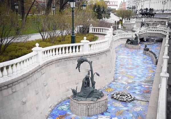 Неработающий фонтанный комплекс на Манежной площади. Запуск фонтанов в Москве отложили из-за коронавируса