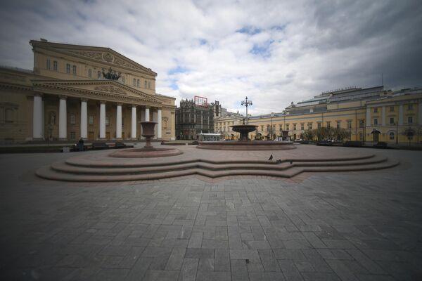 Неработающий фонтан перед Государственным академическим Большим театром (ГАБТ) на Театральной площади. Запуск фонтанов в Москве отложили из-за коронавируса