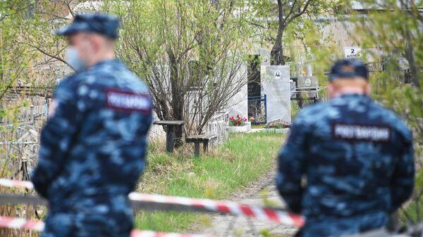 Сотрудники Росгвардии у входа на кладбище в Омске