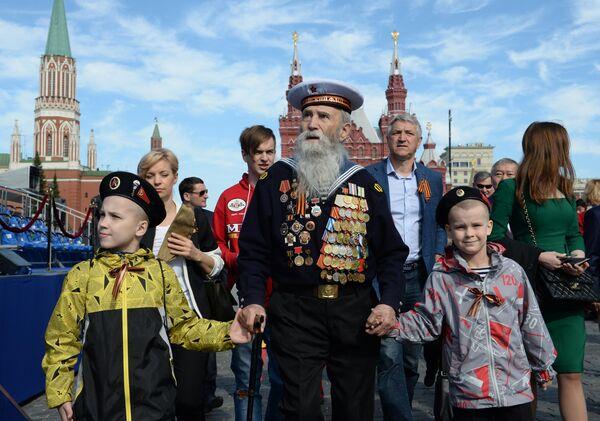 Ветеран с детьми перед началом военного парада в ознаменование 70-летия Победы в Великой Отечественной войне 1941-1945 годов