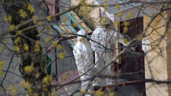 Медицинские работники у подъезда жилого дома в Москве