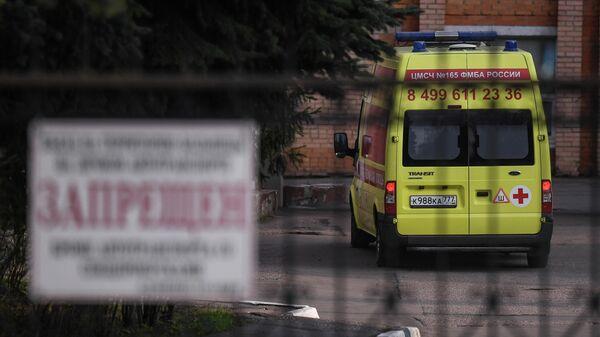 Автомобиль скорой помощи у здания Федерального клинического центра высоких медицинских технологий ФМБА в Химках