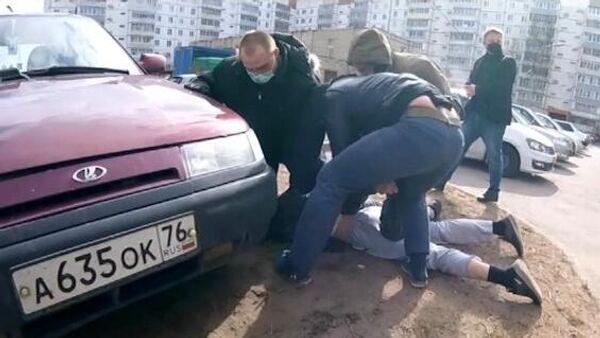 Сотрудники ФСБ во время задержания лиц, причастных к восстановлению боевых свойств гражданских образцов оружия и изготовлению боеприпасов. Стоп-кадр видео